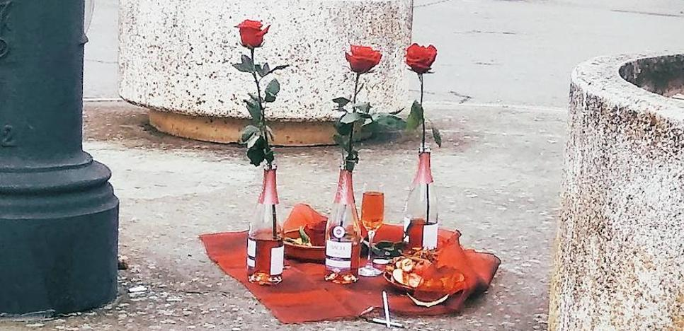 ¿Quién es el autor de la extraña ofrenda de cava y rosas en Valencia de Don Juan?