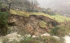La fuerza del río Cares provoca un desprendimiento en Caín y los vecinos sacan los coches del pueblo