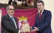 Juan Martínez Majo entrega la 'Pulchra Leonina' al «hijo del último arriero» como colofón de los Días de León en Sevilla