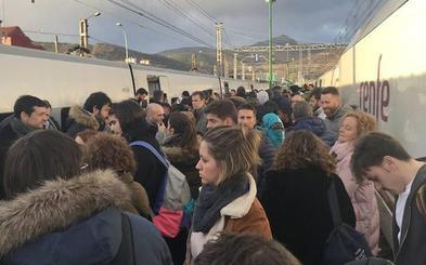 Una avería en un tren Alvia deja 'tirados' en La Robla a 450 pasajeros en la tarde del domingo