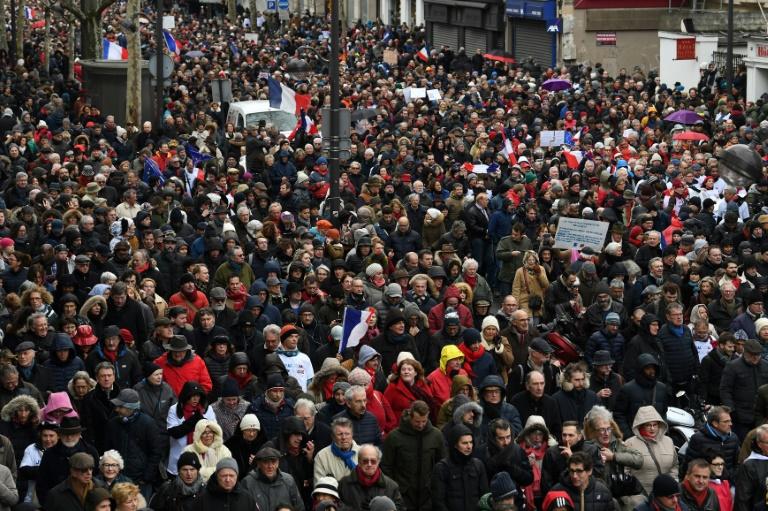 Varios miles de 'pañuelos rojos' desfilan en París para «defender la democracia»