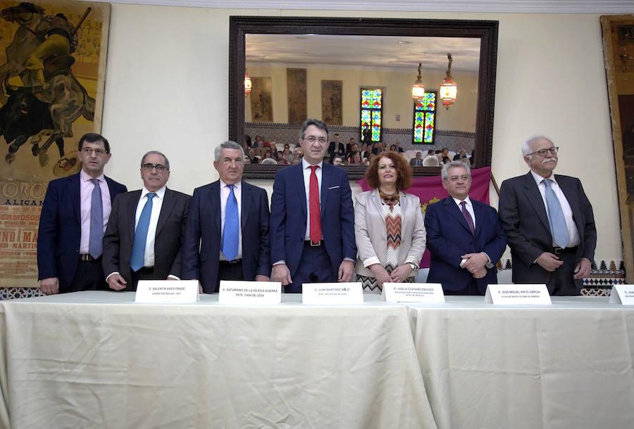 Entrega de la 'Pulchra Leonina' al leonés Valentín Ares Frade en Sevilla