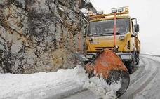 Tres carreteras requieren el uso de cadenas y una permanece cerrada por la nieve y el hielo