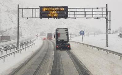 La nieve corta tres puertos, obliga a circular con cadenas en 14 y limita el tráfico del Huerna a 100 kilómetros hora