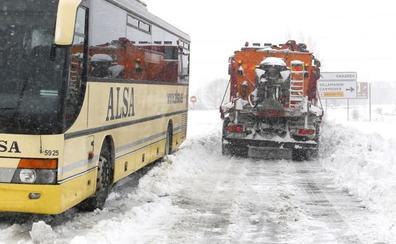 Más complciaciones en las carreteras leonesas: 10 tramos cerrados por la nieve y 14 con cadenas