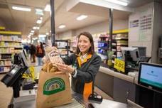 Mercadona sustituirá en abril las bolsas de plástico por otras de papel y material reciclado