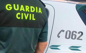 Piden dos años de cárcel a dos guardias civiles por exhibir sus armas al son del 'Cara al sol'