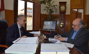 El alcalde, José Miguel Palazuelo, y Antonio Colinas firman el Convenio de cesión del «Fondo Cultural Antonio Colinas»