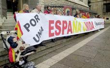 Centenares de personas piden en Botines «echar a Pedro Sánchez por mercadear con España»