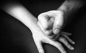 La Policía Local detiene a un hombre acusado de pegar a su mujer delante de sus cuatro hijos en el Crucero