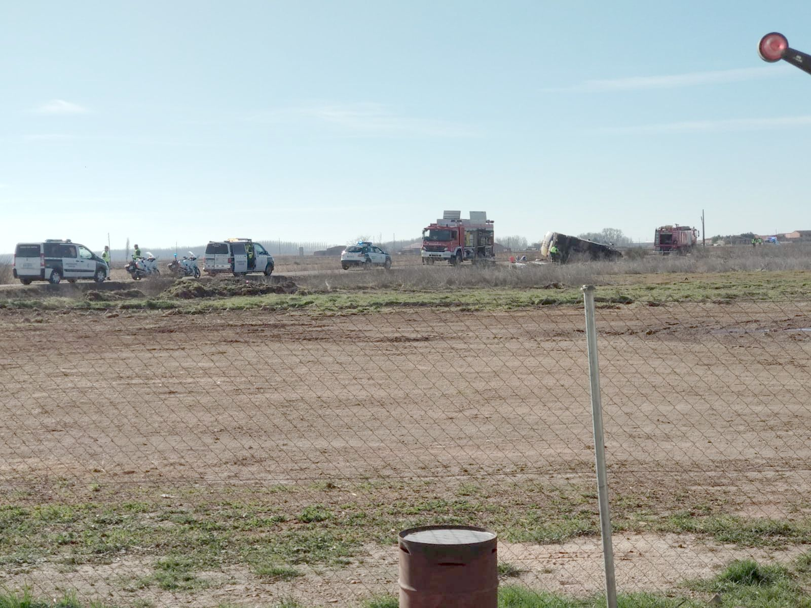 Un camión cisterna que transportaba gasoil vuelca y vierte su contendio en Laguna de Negrillos
