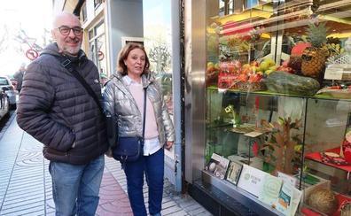 15 comercios de León muestran su solidaridad en sus escaparates para dar visibilidad a entidades sociales