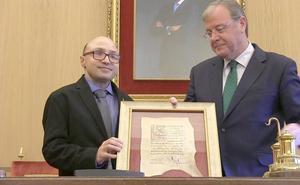 León aplaude a Jesús Vidal, que será el pregonero de las fiestas en la capital