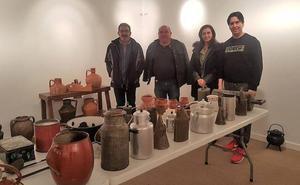 Santa María del Páramo presenta dos exposiciones de tejas y utensilios de cocina antigua