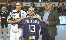 El Ademar se rinde al socio de honor Jesús Vidal