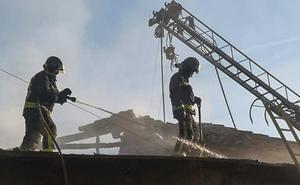 Los Bomberos luchan durante cinco horas para sofocar el incendio en una vivienda de Valduvieco