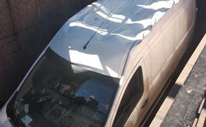Calcula mal la altura y se queda atascado con su furgoneta en la rampa de acceso al parking de Santo Domingo