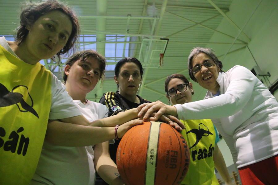 Las 'campeonas' del equipo de baloncesto de Asprona