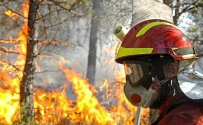 La UME de León se suma a las labores de extinción de la ola de incendios que asola Cantabria