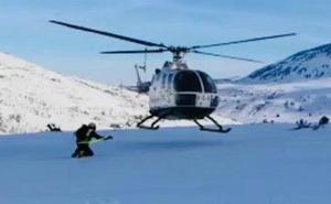 Rescatada en helicóptero una esquiadora lesionada en el paraje Arroyo de Valmartín, en Puebla de Lillo