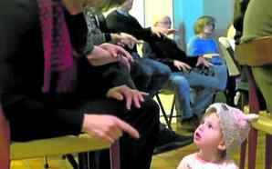 Los vecinos de una niña sorda estudian el lenguaje de signos para comunicarse con ella