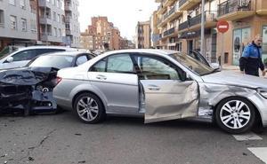 Heridos leves los ocupantes de dos turismos tras una colisión en la avenida Nocedo