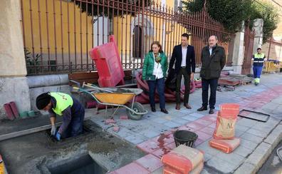 El Ayuntamiento retira el cableado de la fachada de la iglesia de San Francisco de La Vega, una demanda histórica de los vecinos