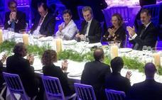 El Rey reivindica en Barcelona a España como una democracia plena en presencia de Torra