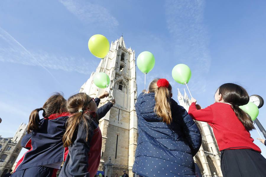 'Abrazo solidario' a la catedral de León en el Día Mundial de las Enfermedades Raras