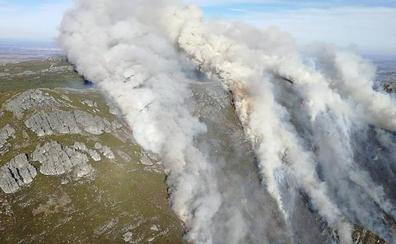 Numerosos medios aéreos y terrestres 'luchan' contra un virulento incendio en La Cabrera