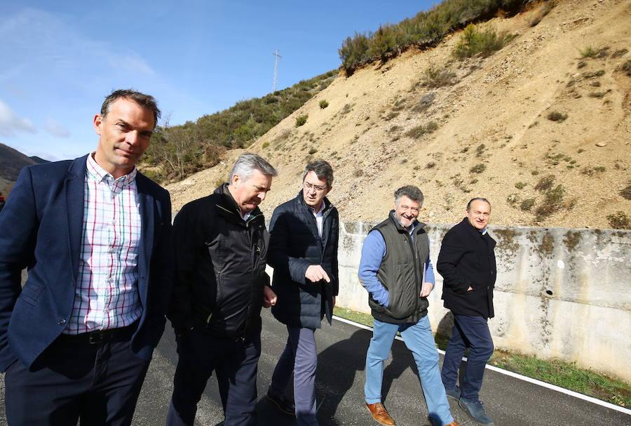 Visita a las obras de emergencia en la carretera entre Matalavilla y Valseco
