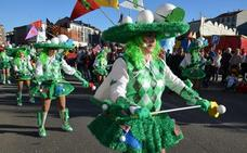 Un sábado de piñata en Astorga a ritmo de charangas, colorido y espectáculo