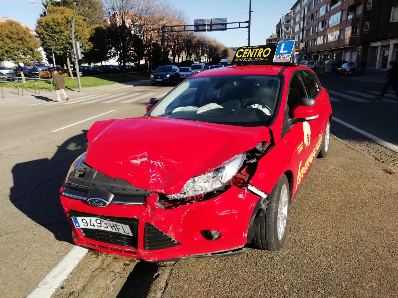 Se empotra contra un coche de autoescuela en León capital