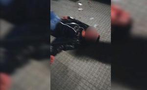 La Policía investiga el vídeo de una brutal agresión a un joven en la madrugada del domingo en el Barrio Húmedo