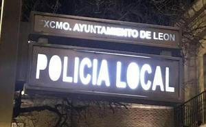 Los Bomberos de León rescatan a un hombre inconsciente y tirado en la cocina del interior de su casa