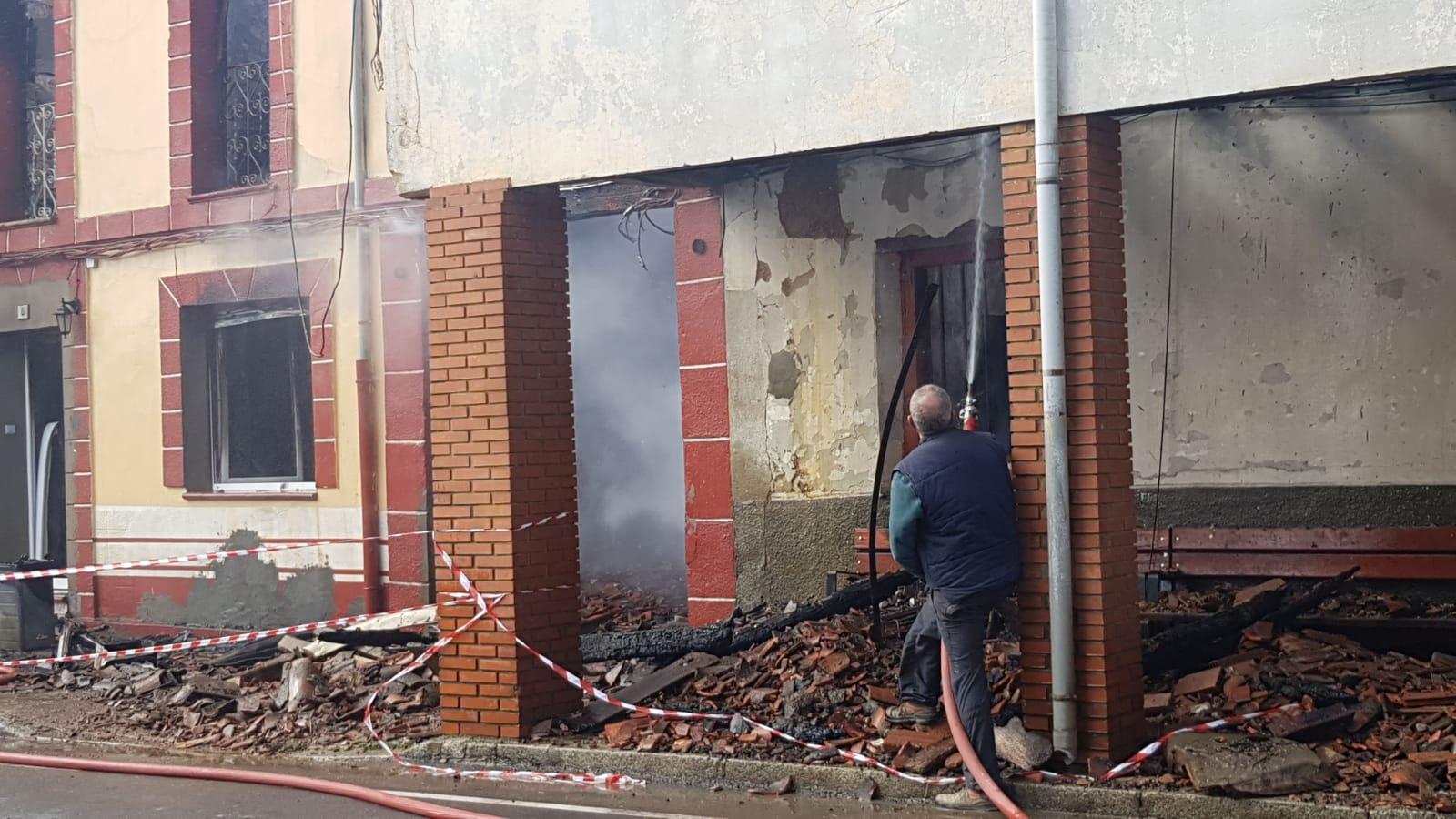 Cuatro heridos en un incendio en Almanza
