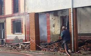 El fuego devora una vivienda en Almanza, deja cuatro intoxicados y cuatro perros y dos gatos muertos