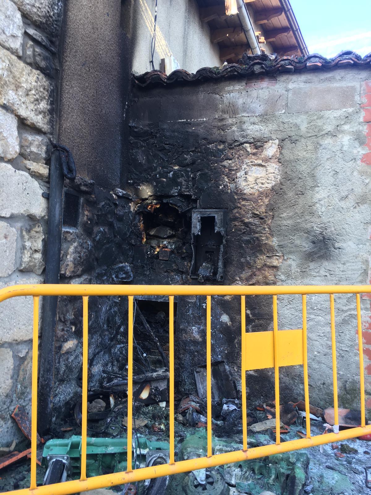 Un fuego arrasa una vivienda de Boñar