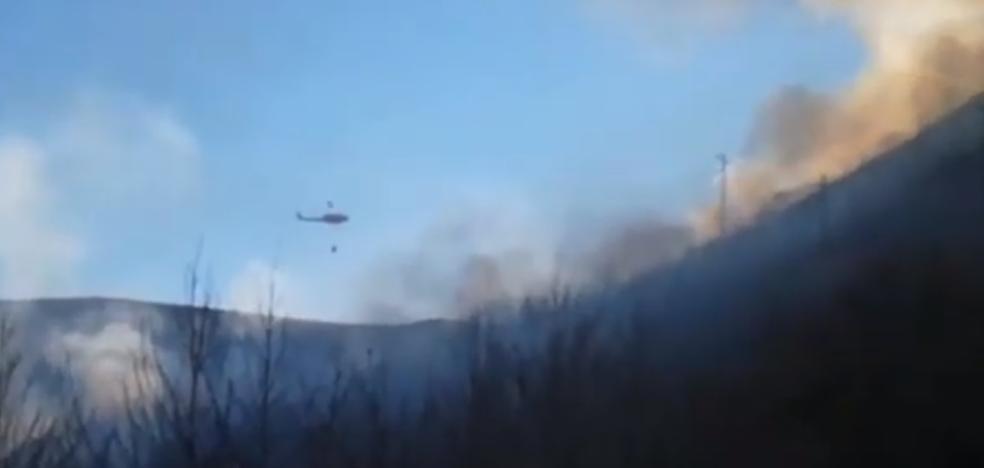El fuerte desnivel de la ladera complica la extinción del incendio en Palacios del Sil