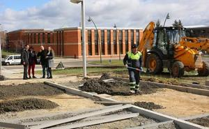 El Ayuntamiento de León avanza en el 'lavado' de cara de las aceras en el barrio de La Palomera