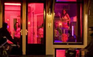 Ámsterdam prohibirá las visitas en grupo al barrio rojo