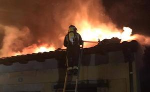 Los Bomberos de León sofocan un incendio en una casa en Villarejo de Órbigo tras dos horas de trabajo