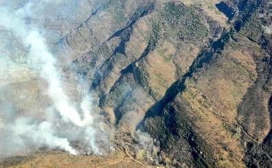 Medios aéreos y terrestres dan por controlado un aparatoso incendio en Valdepiélago