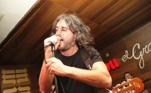 El artista leonés Meji saca a relucir su guitarra en Boñar