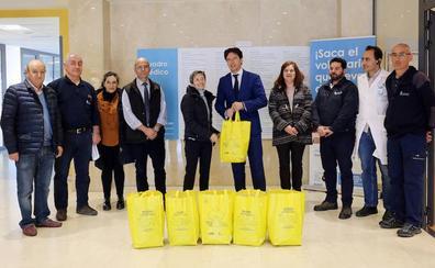 El Ayuntamiento entrega al Hospital de San Juan de Dios cerca de 50 kilos de tapones recogidos en los Puntos Limpios