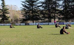 El CD Ejido hace una 'sentada' ante la «nula» implicación del Ayuntamiento de León en el césped de la Granja