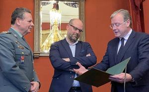 Silván firma el acuerdo entre la AMCS y la Guardia Civil para reforzar la seguridad en el Camino de Santiago