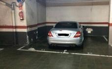 ¿Qué puedes hacer si ves un coche ocupando dos plazas en un parking?
