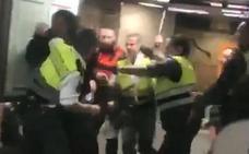 La paliza a un pasajero negro obliga a Renfe a retirar a nueve vigilantes de seguridad de Barcelona