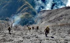 El incendio de Anllarinos evoluciona favorablemente pese a las complicaciones orográficas